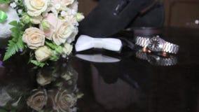 Hochzeitsfersen der Brautblumenstraußschmetterlingsmänner stock footage