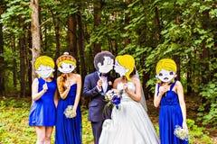 Hochzeitsfest Viele Weingläser auf grüner Tabelle Stockfoto