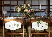Hochzeitsfest Viele Weingläser auf grüner Tabelle Gelegte Tabelle durch Heiratsbankett Abbildung der roten Lilie Stockfotos