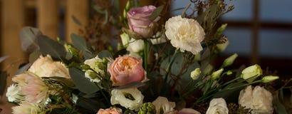 Hochzeitsfest Viele Weingläser auf grüner Tabelle Hände der Braut und des Bräutigams Abbildung der roten Lilie Blumen Lizenzfreie Stockfotos