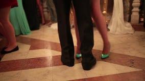 Hochzeitsfest Viele Weingläser auf grüner Tabelle Leute tanzen am Hochzeitsbankett stock video footage