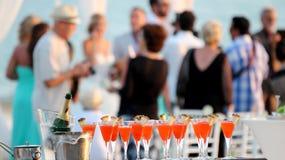 Hochzeitsfest Viele Weingläser auf grüner Tabelle Lizenzfreies Stockbild