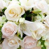 Hochzeitsfestzelt mit Blumensträußen lizenzfreie stockbilder