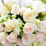 Hochzeitsfestzelt mit Blumensträußen stockbilder