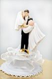 Hochzeitsfigürchen und Hochzeitsringe Lizenzfreies Stockbild