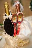 Hochzeitsflaschen mit Löffeln Stockfoto