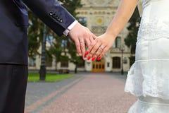 Hochzeitsfoto der Paarholdinghände Lizenzfreies Stockbild