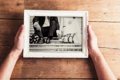 Hochzeitsfotos auf einer Tabelle Lizenzfreie Stockbilder