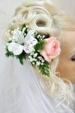 Hochzeitsfrisur mit Blumen Stockfotos