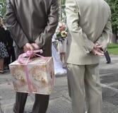 Hochzeitsgäste, die Geschenk anhalten Stockfotos
