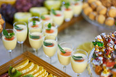 Hochzeitsgabel mit multi farbigem Cocktail Stockbilder