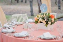 Hochzeitsgasttabelle verziert mit Blumenstrauß und Einstellungen Stockbild