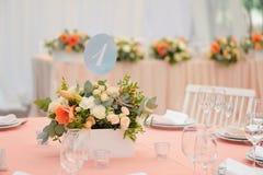 Hochzeitsgasttabelle verziert mit Blumenstrauß und Einstellungen Stockbilder