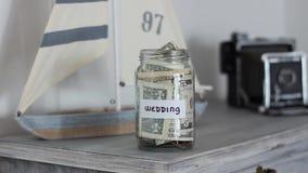 Hochzeitsgeldglas zu Hause stock video