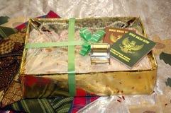 Hochzeitsgeschenk und Heiratsurkunde Stockfoto