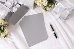 Hochzeitsgeschenke mit Schreibpapier Lizenzfreies Stockbild