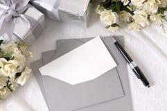 Hochzeitsgeschenke mit Schreibpapier stockbilder