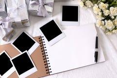 Hochzeitsgeschenke und Fotoalbum Lizenzfreie Stockbilder