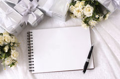 Hochzeitsgeschenke und Schreibensbuch Stockbild