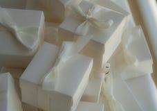 Hochzeitsgeschenkkästen und -farbband Stockfoto