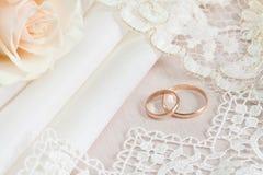 Hochzeitsgewebe und -ringe Stockbild