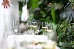 Hochzeitsgläser füllten mit Champagner Stockbilder