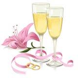 Hochzeitsgläser mit Ringen, Band und Lilie Stockfotografie