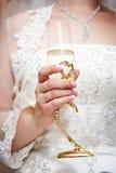Hochzeitsglas der Braut des Champagners in der Hand Lizenzfreies Stockfoto