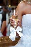 Hochzeitsglas der Braut des Champagners in der Hand Lizenzfreies Stockbild