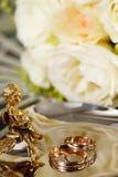 Hochzeitsgoldring, Dekorationen für die Heirat Stockfotografie