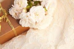 Hochzeitsgoldringe auf einem Spitzegewebehintergrund Lizenzfreies Stockbild