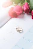 Hochzeitsgoldringe auf Kalender am 14. Februar Lizenzfreies Stockbild