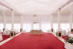 Hochzeitshalle, verziert mit rotem Teppich und Satin Stockfoto