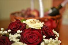Hochzeitshintergrundblumenstrauß mit Ringen Lizenzfreie Stockfotos