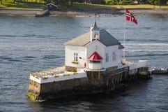 Hochzeitskapelle auf einer Insel lizenzfreie stockbilder