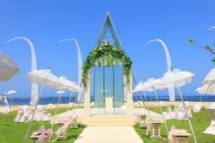 Hochzeitskapelle durch den Strand Lizenzfreie Stockfotos