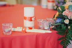 Hochzeitskerzen verziert mit Bogen und Bändern Stockfotos