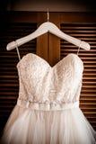 Hochzeitskleid, hängend und bereiten vor Stockfoto