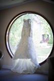 Hochzeitskleid im Fenster Stockfotos