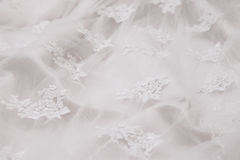 Hochzeitskleid mit Modell im weißen Hintergrund Stockbild