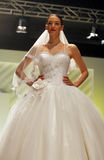 Hochzeitskleid-Modeschau Stockfotos
