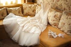 Hochzeitskleid und Hochzeitsschuhe Stockbild