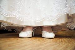 Hochzeitskleid und -schuh Lizenzfreie Stockbilder