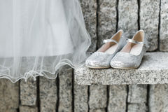 Hochzeitskleid und -schuhe Stockfotografie