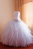 Hochzeitskleidaufwartung Lizenzfreie Stockfotos