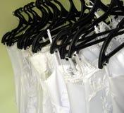 Hochzeitskleider auf Aufhängungen Stockbild
