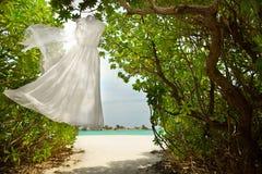 Hochzeitskleiderhängen Lizenzfreie Stockfotos