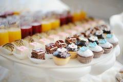 Hochzeitskleine kuchen Lizenzfreie Stockfotos
