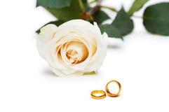 Hochzeitskonzept - Rosen und Ringe Lizenzfreies Stockfoto