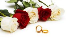Hochzeitskonzept - Rosen und Ringe Lizenzfreie Stockbilder